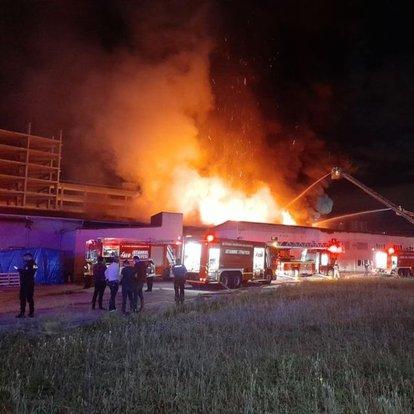 Son dakika... Küçükçekmece'de kağıt ambalaj fabrikasında yangın