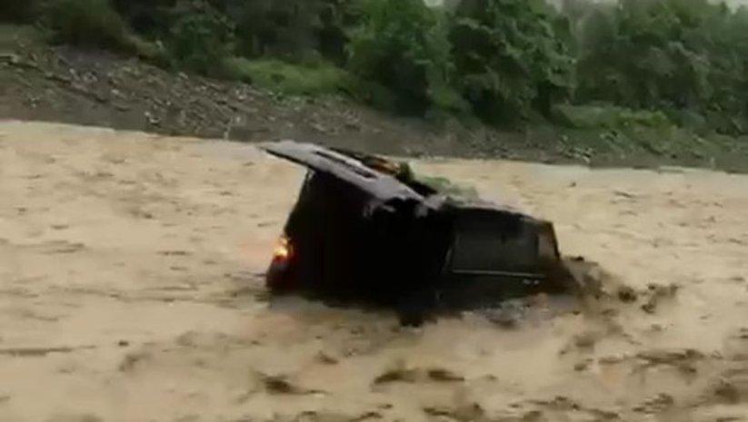 Sel suları park halindeki aracı kaptı!