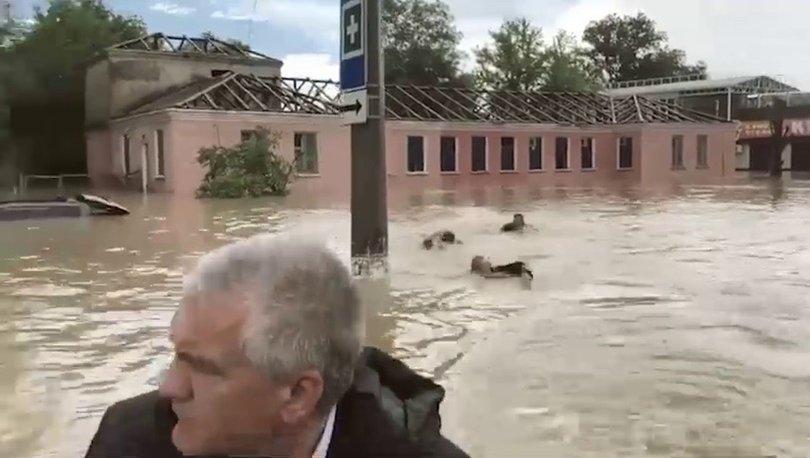 DİKKAT ÇEKEN GÖRÜNTÜ! Son dakika: Valiye afet bölgesinde 'yüzerek' eşlik ettiler! - Haberler