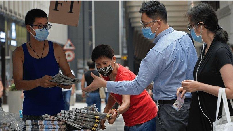 Hong Konglular şehirdeki haber stantlarında kuyruğa girerek gazeteye destek oldu