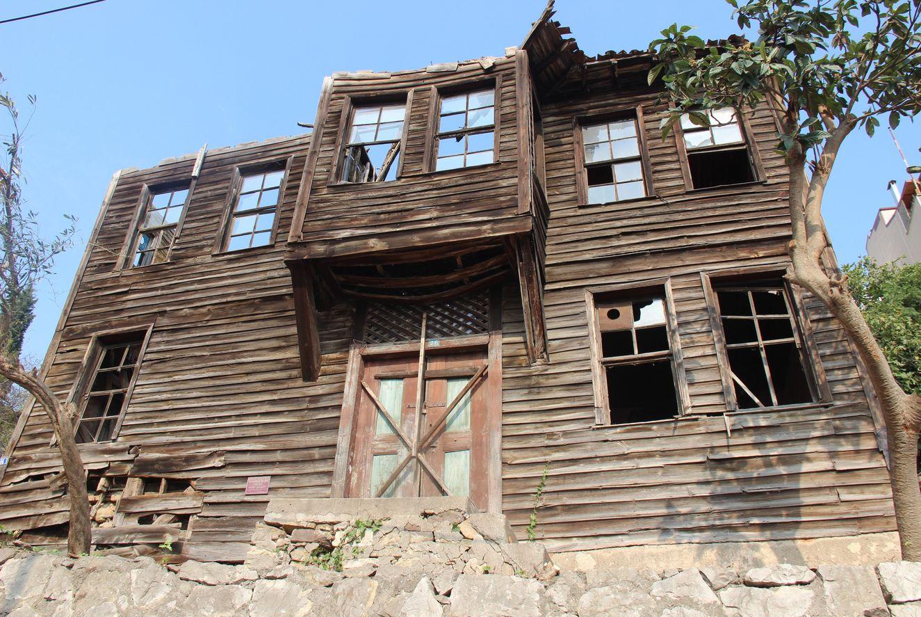 Hulusi Kentmen'in çocukluğunun geçtiği Kocaeli'nin İzmit ilçesinde bulunan evinin restore edilmesi için Ekim 2020'de protokol imzalandı.