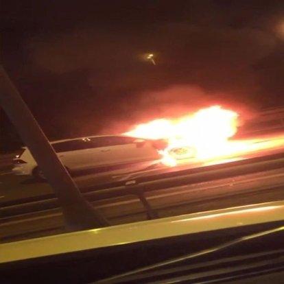İstanbul ve Kocaeli'de iki araba alev alev yanarak kullanılmaz hale geldi