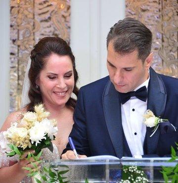 Ünlü oyuncu Sevinç Erbulak, yaklaşık bir yıldır birlikte olduğu mühendis Volkan Cengen ile dünyaevine girdi. Çiftin düğününe ünlü isimler katıldı