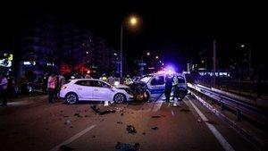 Aşırı hızlı otomobil polis noktasına daldı: Yaralılar var