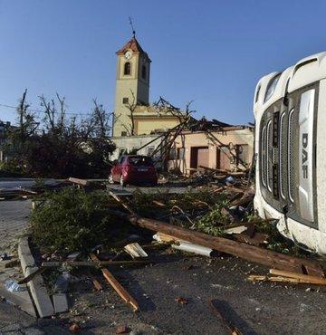 Çekya'nın Moravia bölgesinde etkili olan şiddetli kasırga, 3 kişinin hayatını kaybetmesine ve 150 kişinin yaralanmasına neden oldu.