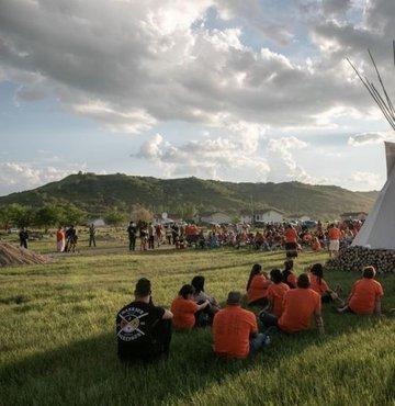 Kanada'nın Saskatchewan eyaletindeki Marieval Yatılı Kilise Okuluna ait bölgede 24 Haziran günü ortaya çıkarılan ve resmi kayıtlarda olmayan mezarlarda kemikleri bulunan 751 çocuk için dün bir anma gecesi düzenlendi.
