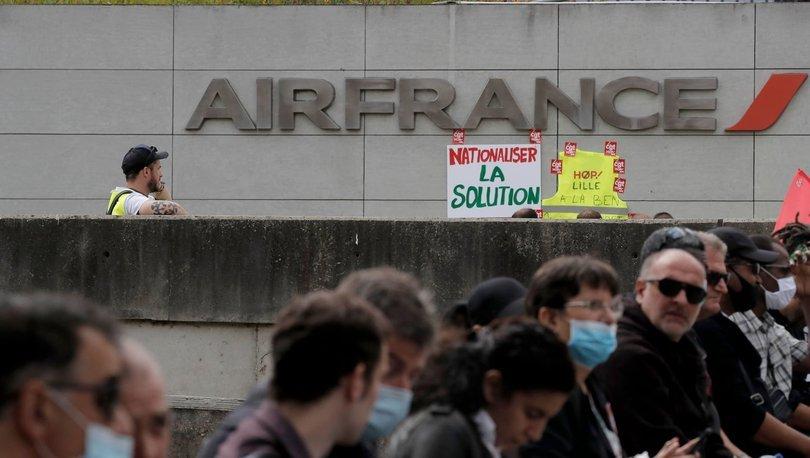 Paris havalimanlarında grev yapan çalışanlar Charles de Gaulle Havalimanında terminal kapattı