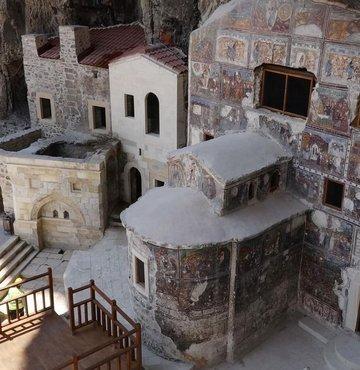Sümela Manastırı´nda 5 yıl süren restorasyon sonrasında saklı mekanlar, gün yüzüne çıkarıldı. Şapeller, keşiş ve öğrenci odaları, çan kulesi, çilehane, misafirhaneler ve mahzenler manastır tarihinde ilk kez ziyarete açılmış oldu. DHA, manastırda ortaya çıkarılan yeni alanları görüntüledi. Doğal ve Tarihi Değerleri Koruma Derneği Başkanı Doç. Dr. Coşkun Erüz,