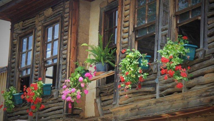 Terk edilen 150 yıllık ahşap ev, çiçeklendirilerek hayata döndürüldü
