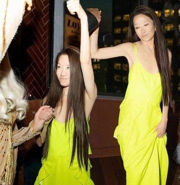 Dünyaca ünlü yıldızları giydiren Vera Wang, 72. yaşını neon sarısı bir elbiseyle kutladı. Tasarımcının genç görünümünü görenler şaşkınlıklarını gizleyemedi...