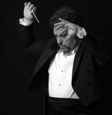 Türkiye'de çok sesli müzik, gelişmeye ve toplumsal kabul görmeye açık bir alan. Senfoni müziği, opera gibi dallar seneler içinde –devletin de tarihsel olarak öncülük etmesiyle- toplumda önemli bir yer edindi, kemik bir dinleyici kitlesi yarattı. Çok sesli müzik de kendine bir alan açma konusunda gelecek vadediyor. Toplum, tarihsel olarak tek sesli müziğe daha yatkın. Çok sesli müzik, acapella, insanların aşina olmadığı; ilk dinlediklerinde ise genelde şaşırtıcı derecede hayranı oldukları bir müzik tarzı. Orkestra müziğinin Türkiye'de geldiği nokta, çok sesli müziğin geleceği, müzisyen, şef olmanın zorlukları ile ilgili iki farklı jenerasyonun şefleri; Orhan Şallıel ve Ceyda Ayanoğlu sorularımızı yanıtladı. Hatta Ceyda hocanın bir çağrısı da var. Orphe adlı çok sesli koronun şefliğini yürüten Ayanoğlu, her ses rengindeki insanları, tecrübesi olup olmaksızın koroya katılmaya, korist olmaya çağırıyor.