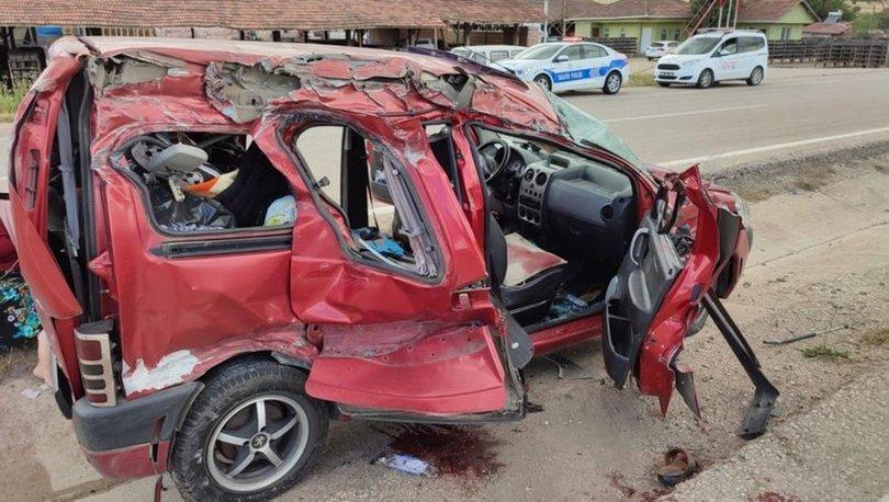 Amasya'da hafif ticari araç tırla çarpıştı: 2 ölü, 3 yaralı