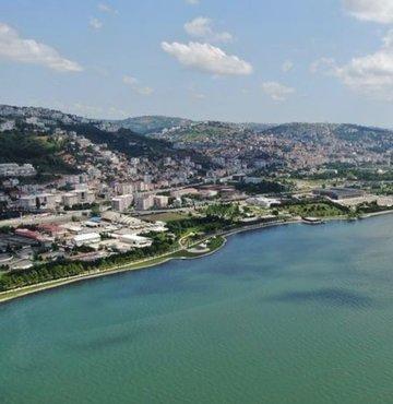 Marmara Denizi Eylem Planı kapsamında yapılan çalışmalarla temizlenen İzmit Körfezi'nde, müsilaj etkisini kaybetti. Müsilaj tabakalarının kaybolduğu İzmit Körfezi havadan görüntülendi.