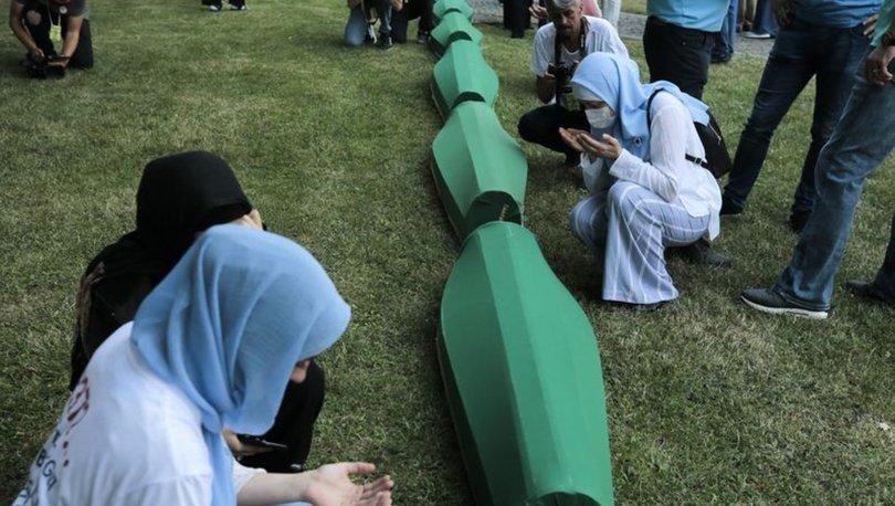 Srebrenitsa kurbanlarının tabutları Potoçari Anıt Mezarlığı'na taşındı