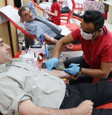 Erzurum Sosyal Güvenlik Kurumu'nda (SGK) memur olan Sinan Cömert (46) bugüne kadar 50 ünite kan verdi. Kızılay tarafından altın madalyayla ödüllendirilen, arkadaşlarının