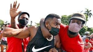 Küba'da yaklaşık son 30 yılın en büyük hükümet karşıtı gösterilerinde değişim çağrısı