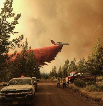 Son haftalarda rekor sıcaklıkların kaydedildiği ABD'nin batı eyaletlerinde başlayan orman yangınları sürüyor. Guardian'da yer alan habere göre en az 10 eyalette 60'tan fazla meydana geldi.