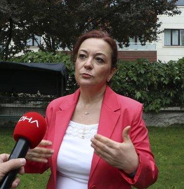 """Sağlık Bakanlığı Bilim Kurulu üyesi Prof. Dr. Seçil Özkan, """"Aşı vücudumuza yararlı ve bizim çocukluk çağından itibaren kullandığımız koruma stratejisidir. Türkiye, ağustos ortasına kadar aşıda yüzde 70"""