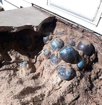 ABD´nin Michigan eyaletinde yaşayan David Olson, evinin arka bahçesine çıkan merdivenleri yeniden inşa etme amacıyla yıktığında toprağa gömülü 160 adet bowling topu buldu. Bowling toplarının üstündeki üretici firma logosundan, topların 1950´lilerde üretildiği tespit edildi