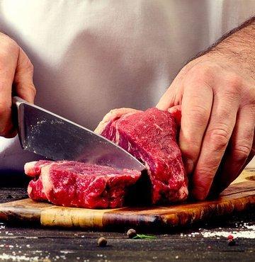 Kurban Bayramı'nda, kesilen etin bilinçli bir şeklide tüketimi ve uygun koşullarda saklanması noktasında tavsiyelerde bulunan Prof. Dr. Canan Hecer, etin lezzetini kazanması için 12 saat dinlendirilerek, olgunlaşması gerektiğini belirtti