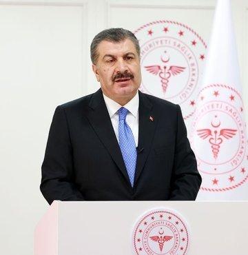 """Sağlık Bakanı Fahrettin Koca, Twitter hesabından yaptığı paylaşımda, """"Turkovac-Coronovac 3. doz klinik çalışması Ankara Şehir Hastanesinde başladı. Çalışmaya 2 doz Sinovac aşısı yapılıp 2. dozun üzerinden 90 gün geçen 18-59 yaş arası gönüllüler katılıyor. YERLİ AŞININ SONUÇLANMASINA DESTEK İÇİN zemin kat aşı birimine bekliyoruz. Tel: 0312 552 60 19"""" dedi"""