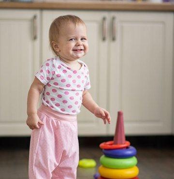 Bir yaşına gelen bir bebek düşündüğünüzden çok fazlasını anlıyor, öğreniyor, hesaplıyor ve ifade ediyor. İşte kimisini tahmin etmek kolay olmayan 12 becerileri...