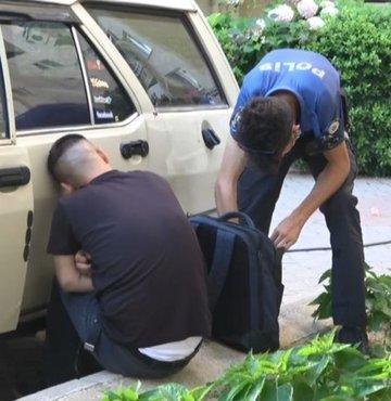 """Otomobilinin kapı kilidini kırarak giren ve uyuyakalan kişiyi polise ihbar eden 39 yaşındaki Mustafa Peker, polis ekiplerinin, GBT sorgusunun ardından şüpheliyi serbest bırakmasına tepki gösterdi. Otomobil camlarının açık ve kapı kilidinin kırık olduğunu vurgulayan Peker, """"Polis GBT'sine baktı, şahsı gönderdi, gitti. Ben de nasıl oldu anlayamadım. Böyle olacağını bilseydim, şüpheliyi kaldırır gönderirdim, kimseyi rahatsız etmezdim"""" dedi"""