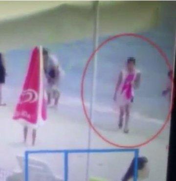 İstanbul Silivri'de plajda denize giren kişinin fiyatı bin dolar değerindeki kol saatini çalan şahılar, polis ekipleri tarafından yakalandı. Plaj hırsızlığı ise saniye saniye kameraya yansıdı.