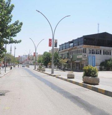 Cizre tarihinin en sıcak yaz günlerini yaşıyor. Caddelerde in cin top oynuyor Cizre'de termometreler 45'i gösterdi vatandaşlar evlerine kapandı, esnaf kepenk kapattı
