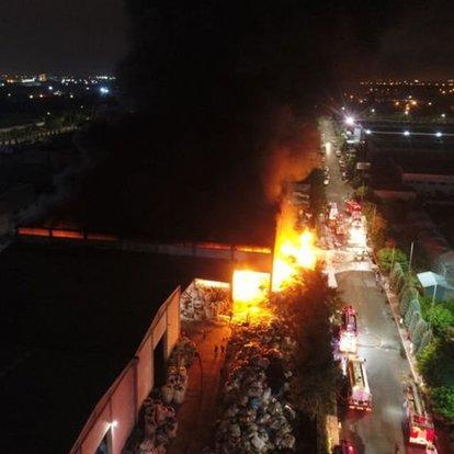 Antalya OSB'deki plastik fabrikasında korkutan yangın