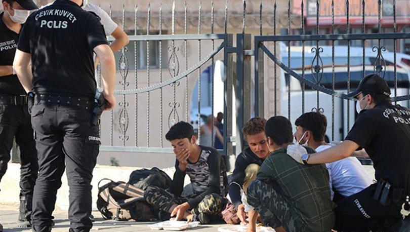Düzensiz göçmenler için denetim yapan polis, göçmenlerin yemek yemesini bekledi