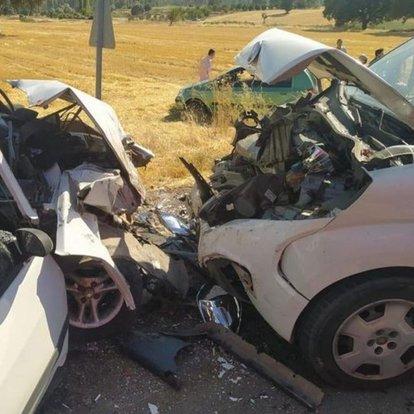 Otomobil ile hafif ticari araç kafa kafaya çarpıştı: 2 ölü, 5 yaralı