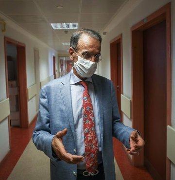 """Hacettepe Üniversitesi Tıp Fakültesi Çocuk Enfeksiyon Hastalıkları Bilim Dalı Başkanı Prof. Dr. Mehmet Ceyhan, koronavirüste vaka artışı dalgalarının devam edeceğini söyledi. Ceyhan, """"Vaka artışı dönemleri yaşayacağız. Bu artacak, tekrar azalacak. Salgın bütün dünyada son buluna kadar birkaç defa artış dalgaları göreceğiz. Bu dalganın ne kadar büyük olacağı ise alınacak tedbirlere, uygulanacak kısıtlamalara bağlı"""" dedi"""