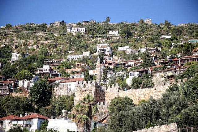 Surlarla çevrili mahallenin sakinleri tarihi yapılarla iç içe yaşıyor
