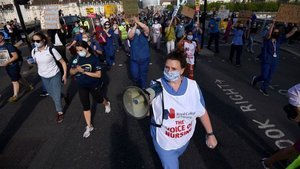 İngiltere'de sağlık çalışanları Kovid-19 ekipman eksikliğini protesto etti