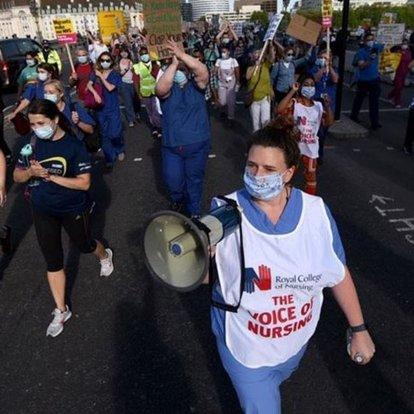 İngiltere'de sağlık çalışanları Kovid-19 sürecinde koruyucu ekipman eksikliğini protesto etti