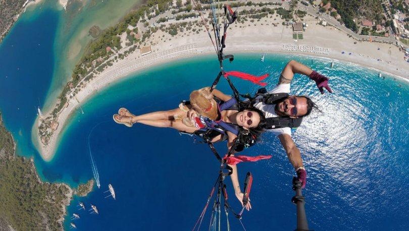 Ölüdeniz'in eşsiz manzarasında köpeği Yager ile yamaç paraşütü yaptı