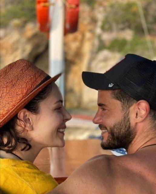 Berk Oktay'dan Yıldız Çağrı Atiksoy'a plaj öpücüğü! - Magazin haberleri
