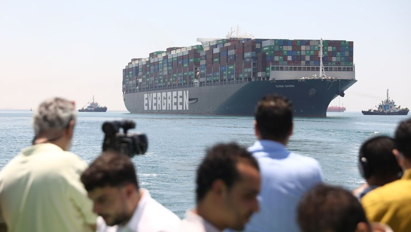 Süveyş Kanalı'nda deniz trafiğini durduran