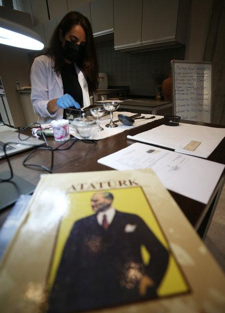 Atatürk'ün kişisel eşyalarının konservasyon çalışmalarını izlediler