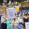 İngiltere'de sağlık çalışanları, zam teklifini protesto etti