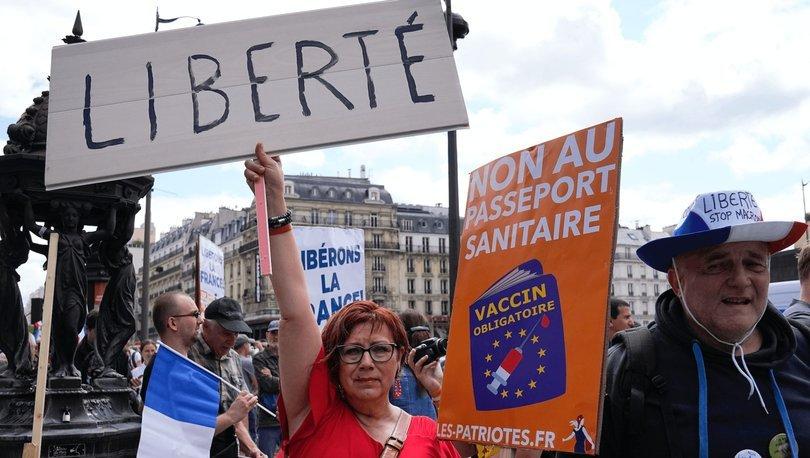 Fransa'da aşı zorunluğu ve sağlık ruhsatı uygulamasına karşı protestolar düzenlendi