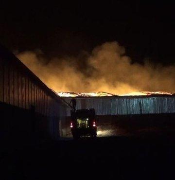 Onikişubat ilçesi Şazibey Mahallesi'nde faaliyet gösteren geri dönüşüm fabrikasında çıkan yangın, rüzgarın da etkisiyle büyüdü