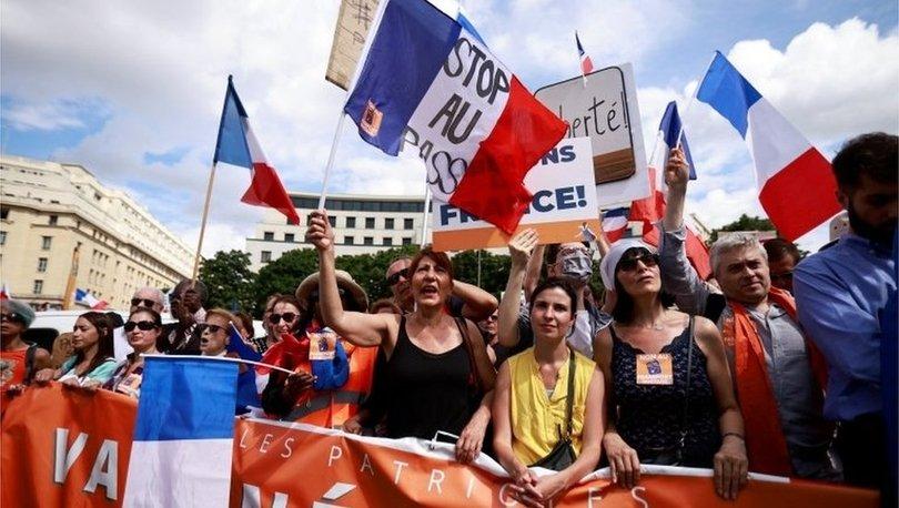 Covid: Fransa'da aşı kartı uygulamasına karşı binlerce kişi protesto düzenledi