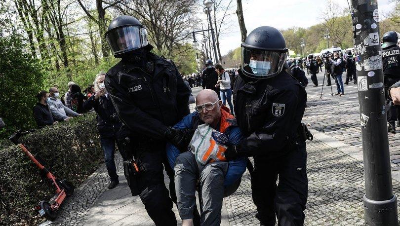 Gösteriler sırasında Berlin polisi tarafından gözaltına alınan adam, hayatını kaybetti