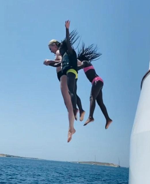 Charlize Theron kızlarıyla tatilde - Magazin haberleri
