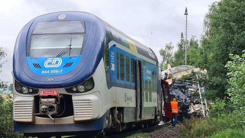 Çekya'da iki tren çarpıştı: İlk belirlemelere göre 2 kişi hayatını kaybetti