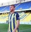 Fenerbahçe, Burak Kapacak ile 5 yıllık sözleşme imzalandığını açıkladı. Burak Kapacak, sarı-lacivertli takımda Gökhan Gönül ile özdeşleşen 77 numaralı formayı giyecek