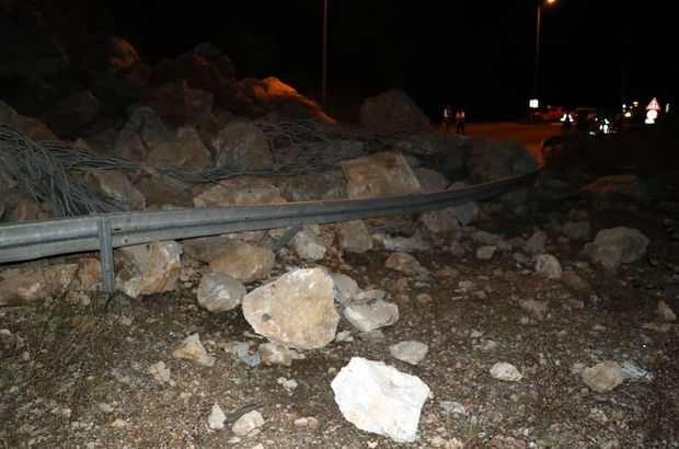 Dev kaya parçaları yola yuvarlandı
