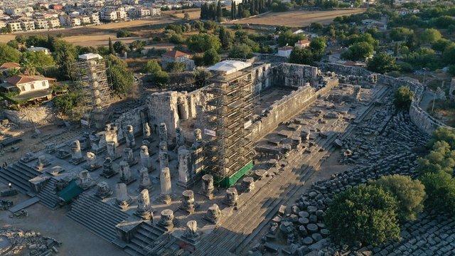 Apollon Tapınağı'ndaki 2 bin 300 yıllık sütunlar restore edilecek